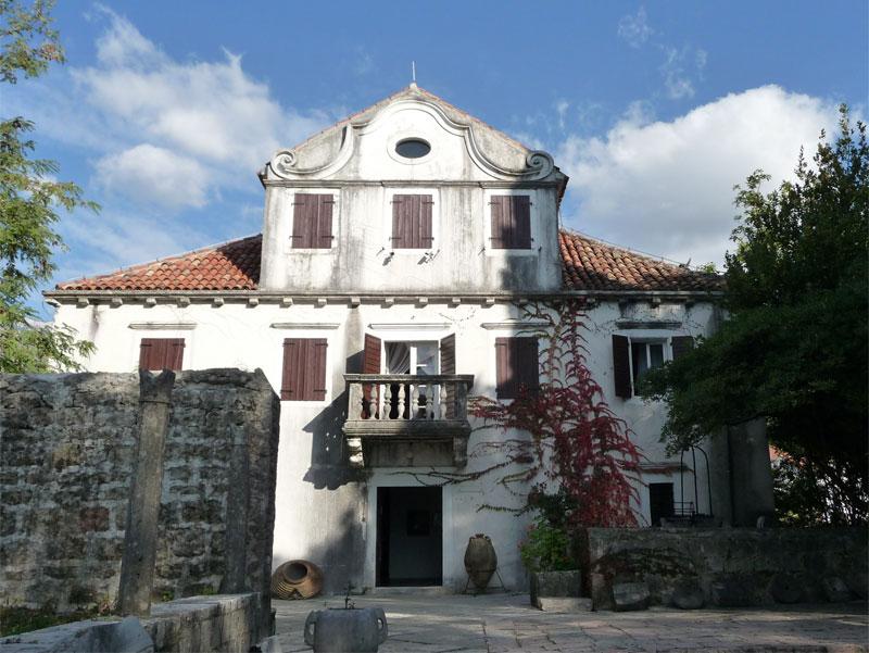 Краеведческий музей Херцег-Нови размещается во дворце Мирко Комненовича