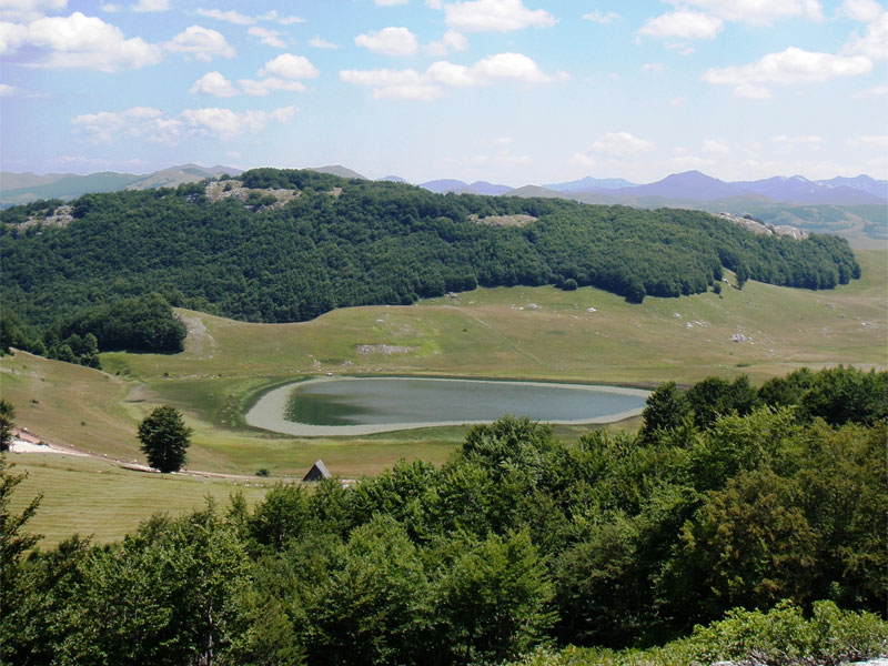Пошченское озеро раскинулось в очень живописном месте парка Дурмитор