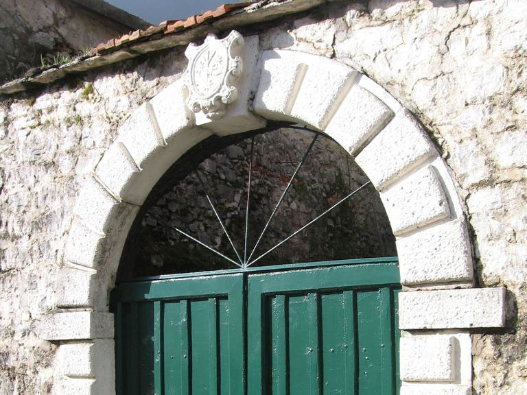 О семье Смекья сегодня напоминает только фамильный герб над воротами перед входом в бывший дворец