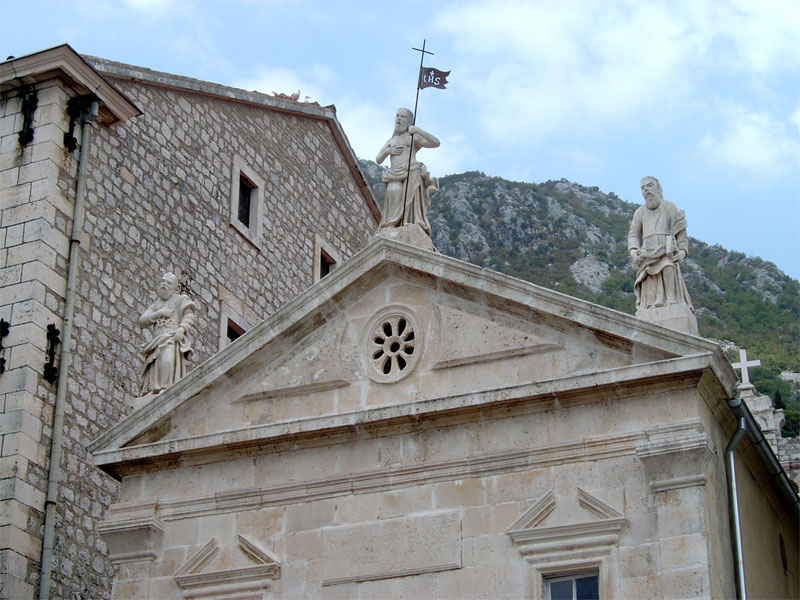 Фронтон церкви украшают скульптуры Христа, Святого Петра и Святого Марка