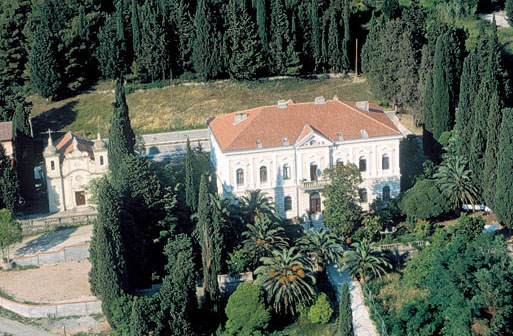 Резиденция архиепископа в Баре окружена небольшим сквером