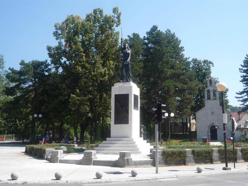Памятник был установлен в честь жителей США (бывших черногорцев), погибших за свободу Черногории