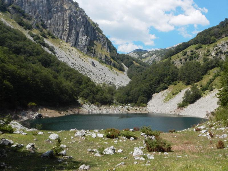 Малое Стабанское озеро имеет более каменистые берега