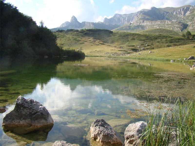 Озеро Модро лежит в окружении горных вершин