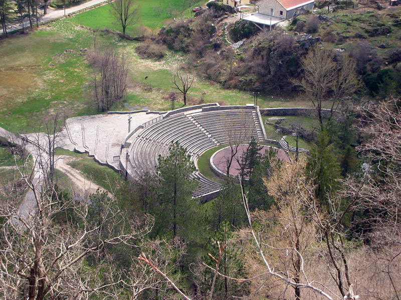 Летняя сцена в Цетине выполнена как старинный амфитеатр