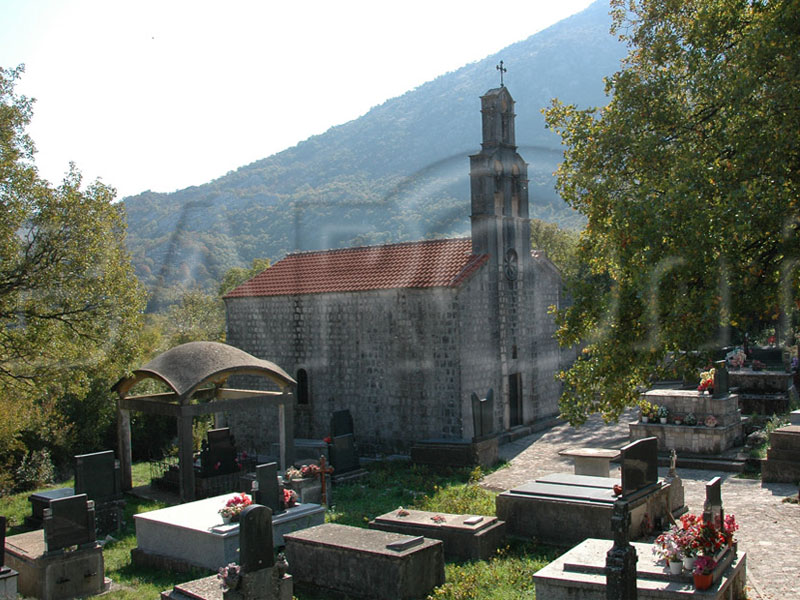 Как и многие сельские храмы церковь Святых Иоанна и Михаила расположена посреди кладбища