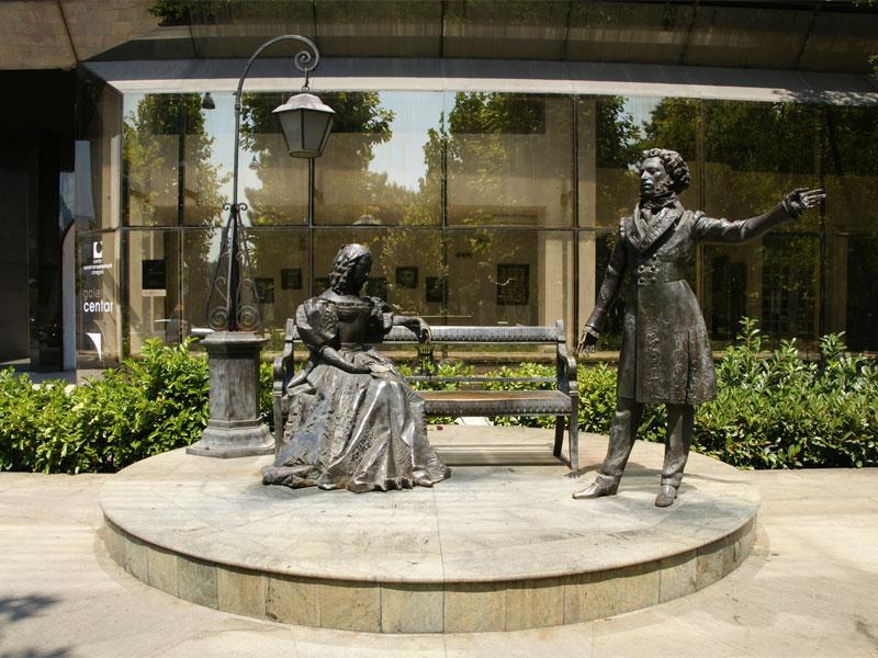 Александр Пушкин увековечен в Подгорице вместе со своей женой - Натальей Гончаровой
