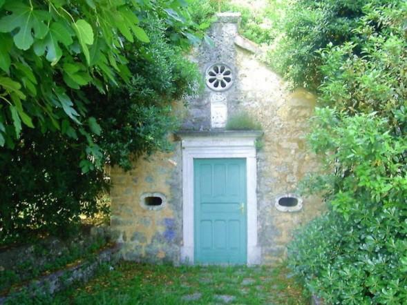 Благовещенская церковь приютилась в глубине небольшого сада