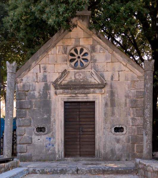 От былой колоннады церкви Святого Михаила осталось всего несколько колонн