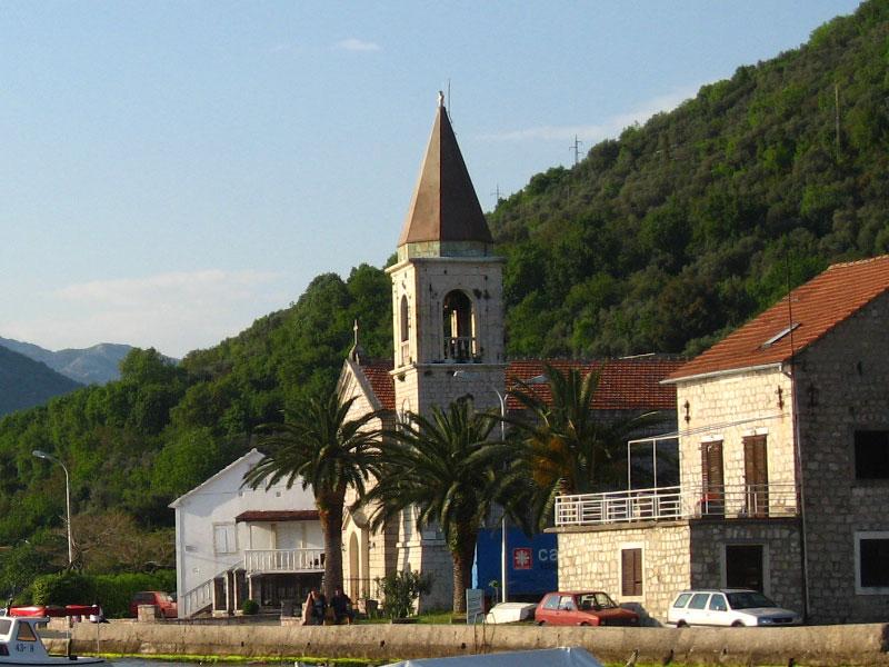 Церковь Святого Роха стоит прямо на берегу Тиватского залива