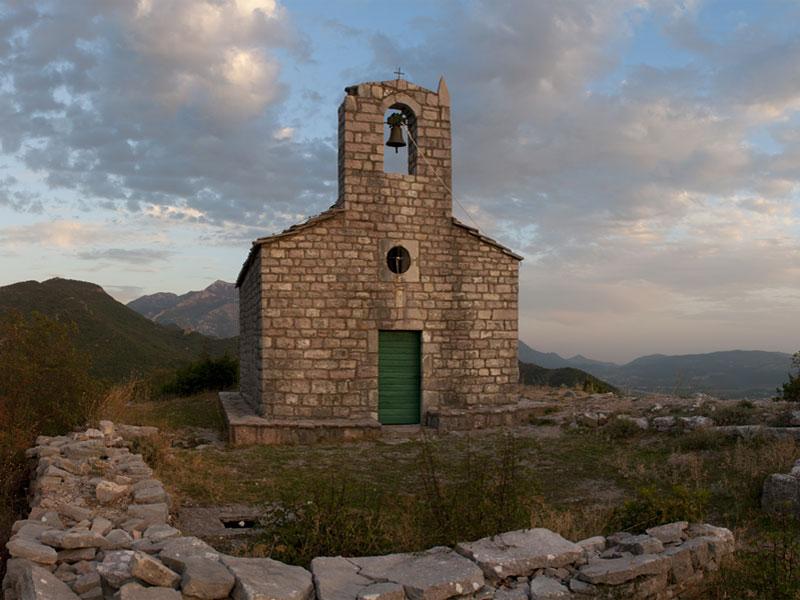 Церковь Святого Вита возвышается на вершине одноименной горы