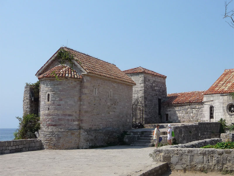 Церковь Святого Саввы стоит на самом углу в стене Старого квартала