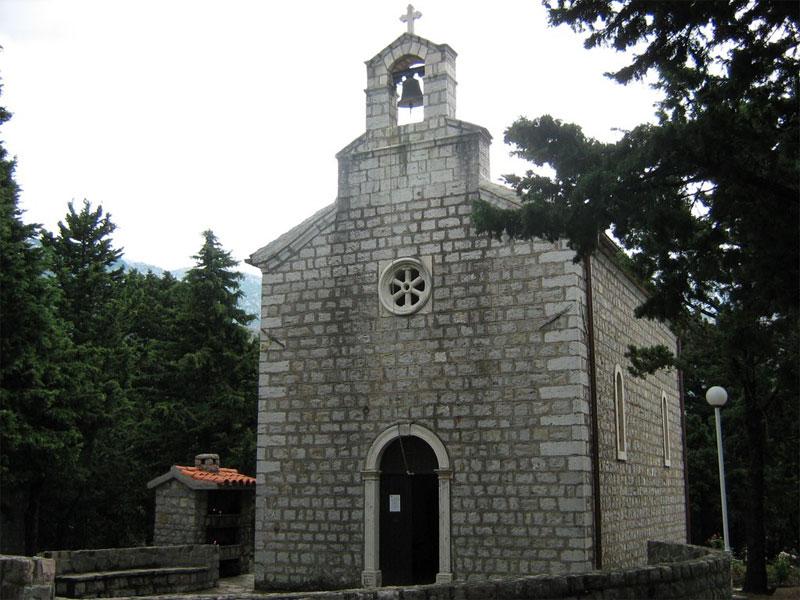 Храм стоит прямо посреди сосновой рощи