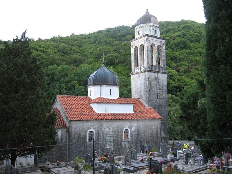 Церковный комплекс Положения Ризы Богородицы стоит в окружении кладбища