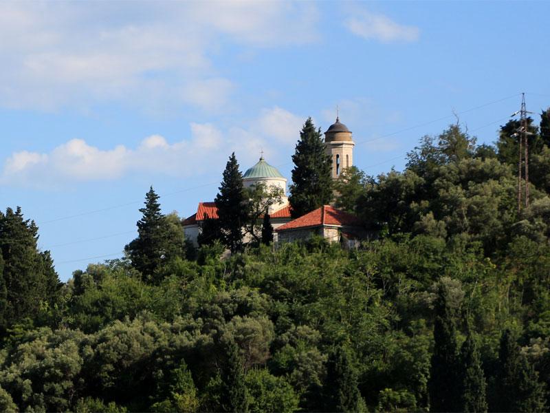 Храм возвышается на вершине холма рядом с проливом Вериге