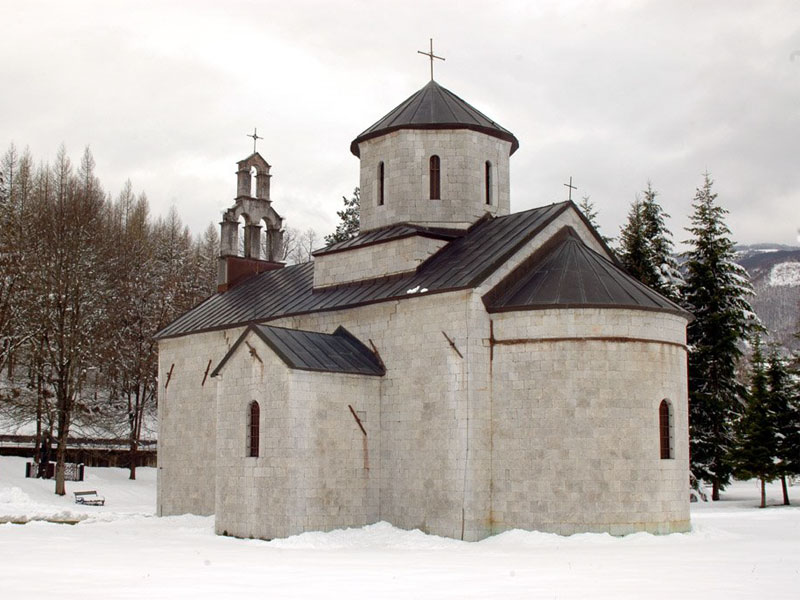 Церковь Архангела Михаила в Андриевице внешне напоминает главный храм монастыря Морача